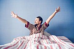 El hombre separa sus manos por la mañana Imágenes de archivo libres de regalías