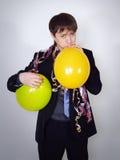 El hombre serio en un juego de asunto infla los globos Imágenes de archivo libres de regalías