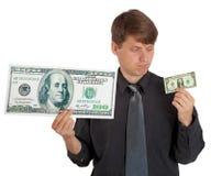 El hombre siente diferencia entre el dinero grande y pequeño Foto de archivo
