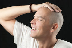El hombre siente la cabeza nuevamente afeitada Imágenes de archivo libres de regalías