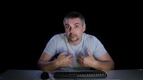 El hombre siente las emociones del desconcierto el comunicar en Internet almacen de metraje de vídeo