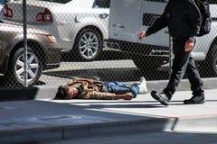 El hombre sin hogar duerme en la calle Imagen de archivo