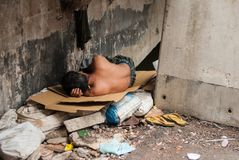 El hombre sin hogar duerme en la calle, Bangkok Tailandia fotografía de archivo libre de regalías