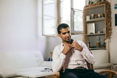 El hombre sirio confiado y alegre está escuchando una conversación foto de archivo libre de regalías
