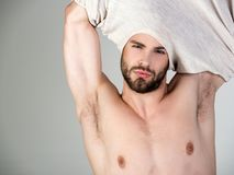 El hombre soñoliento desnuda en fondo gris fotografía de archivo