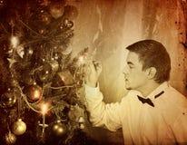 El hombre solamente puso el árbol de navidad Partido de Navidad en casa Foto de archivo libre de regalías
