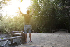 El hombre solo aumentó ambas manos para arriba ruega para las bendiciones a dios en delantera Imágenes de archivo libres de regalías