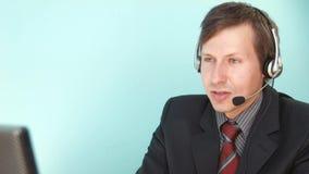 El hombre soluciona el problema del centro de atención telefónica del cliente metrajes