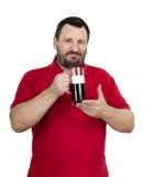 El hombre sonriente feliz ama una cerveza oscura Imagen de archivo