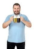 El hombre sonriente feliz le gusta la cerveza ligera y oscura Fotos de archivo libres de regalías