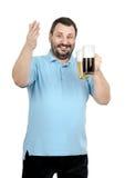El hombre sonriente sostiene dos tazas de cerveza Fotografía de archivo