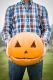 El hombre sostiene la calabaza de Halloween fotografía de archivo libre de regalías