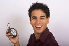 El hombre sostiene un reloj en su mano foto de archivo libre de regalías