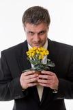 El hombre sostiene una flor en manos Imágenes de archivo libres de regalías