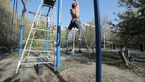 El hombre sube para arriba la cuerda almacen de metraje de vídeo