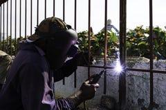 El hombre suelda con autógena una cerca vieja en La Habana, Cuba Imagenes de archivo