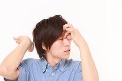 El hombre sufre de dolor de cabeza Imagen de archivo libre de regalías