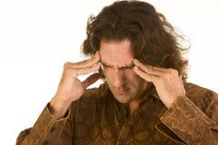 El hombre sufre de dolor de cabeza y de la depresión terribles Imagenes de archivo