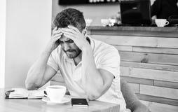 El hombre sufre dolor de cabeza Inspiración de la necesidad de las ideas de la búsqueda del plazo que viene La cara desesperada d imagen de archivo libre de regalías