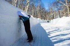 El hombre sumergió su cabeza en la nieve Foto de archivo