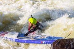El hombre supsurfing en los rápidos del río de la montaña Imagen de archivo