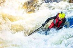 El hombre supsurfing en los rápidos del río de la montaña Fotos de archivo