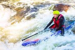 El hombre supsurfing en los rápidos del río de la montaña Fotografía de archivo