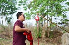 El hombre tailandés prepara puntos de los petardos en el festival de Qingming Foto de archivo libre de regalías