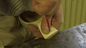El hombre talla en la madera Arte popular Madera Tecnología popular resolución 4K almacen de video