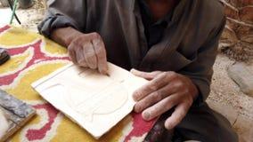 El hombre talla el modelo sobre la tableta de arcilla para la decoración almacen de video