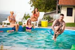 El hombre tatuado salta estilo de la bomba en piscina Imagen de archivo