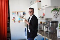 El hombre tiene descanso para tomar café en oficina Imagen de archivo libre de regalías