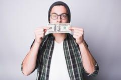El hombre tiene dinero y lo satisfacen fotos de archivo