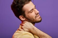 El hombre tiene rediculopathy cervical ci?rrese encima de la foto cosechada fotografía de archivo libre de regalías