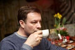 El hombre tiene té Imagenes de archivo