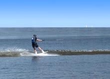 El hombre tiene wakeboarding en el mar abierto Imagen de archivo libre de regalías