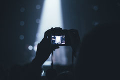 El hombre tira el vídeo en el concierto Foto de archivo libre de regalías