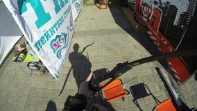 El hombre tira flechas del arco en radio de tiro en territorio de la alameda almacen de video