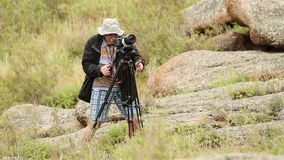 El hombre tira paisajes almacen de video
