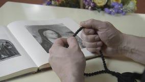 El hombre toca el rosario metrajes