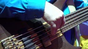 El hombre toca la guitarra baja almacen de metraje de vídeo