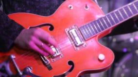 El hombre toca la guitarra eléctrica almacen de metraje de vídeo