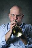 El hombre toca una trompeta Imagen de archivo libre de regalías