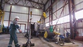 El hombre toma el casco del trabajador del estante lleva a cabo la estructura almacen de video