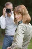 El hombre toma cuadros de la mujer Imagen de archivo libre de regalías