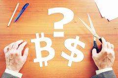El hombre toma la decisión entre el cryptocurrency y el dólar Fotografía de archivo libre de regalías