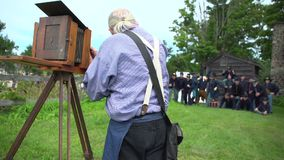 El hombre toma la foto del tintype de los soldados de la guerra civil almacen de video