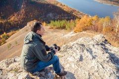 El hombre toma las imágenes del paisaje imagenes de archivo