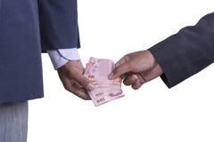El hombre toma suavemente un soborno del dinero Fotografía de archivo libre de regalías