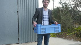 El hombre toma una caja con las aceitunas en manos almacen de metraje de vídeo